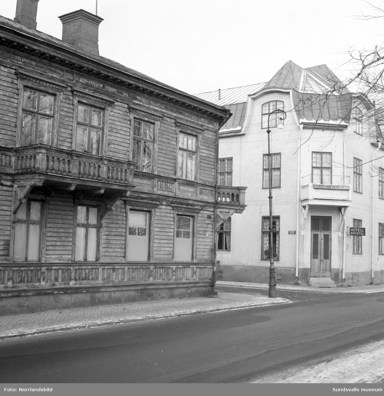 Norrmalm innan saneringen. Skepparegatan 7 i korsningen med dåvarande Vattugatan. I huset fanns under en period Palms konditori.