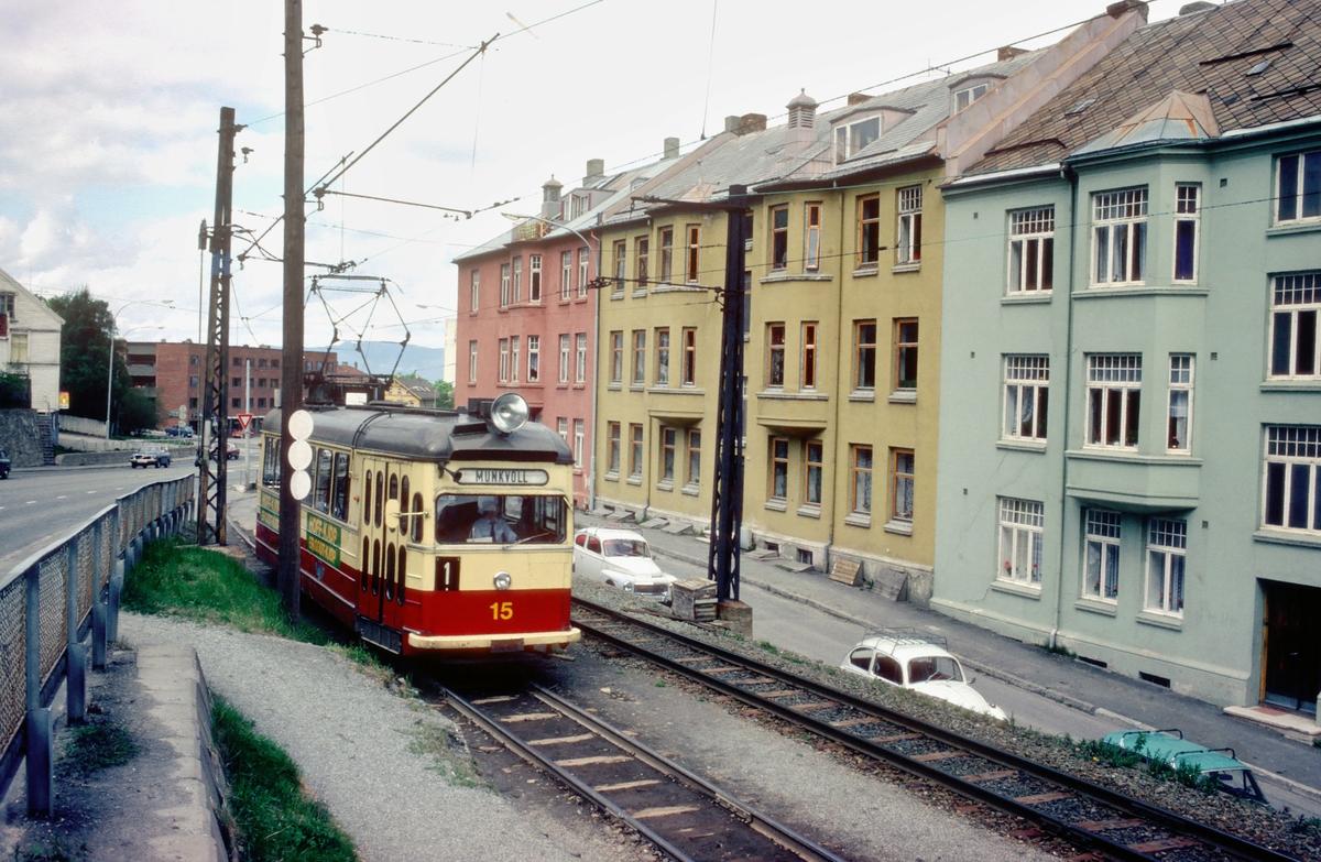 Trondheim trafikkselskap. Gråkallbanen. Vogn 15 på vei mot Munkvoll på linje 1 ved Ila.