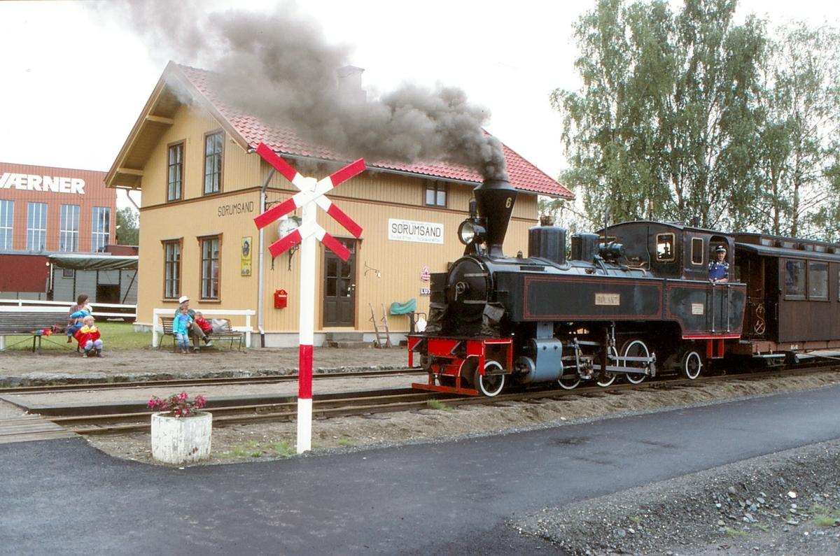 Sørumsand stasjonsbygning, rekonstruksjon av bygningen på Bjørkelangen stasjon.  Bygningen ble var ferdig i 1989. Lokomotivfører Trond Dehli med damplokomotiv nr. 6 Høland. Museumsjernbanen Tertitten, Urskog-Hølandsbanen.