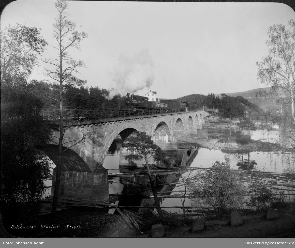 Jernbanebrua i Hønefoss i mot Hønefoss jernbanestasjon Begna bru er ei jernbanebru i granitt som løper over Ådalselva (del av Begnaelva) fra Hønefoss stasjon til Blyberghaugen og Storløkka, like på oversiden av Hønefossen. Brua er ca. 216 meter lang og har 10 spenn. Den sto ferdig til åpningen av Bergensbanen i 1909 og var opprinnelig en del av denne, men da Bergensbanen ble bestemt å gå om Drammen ble brua del av Roa–Hønefosslinjen