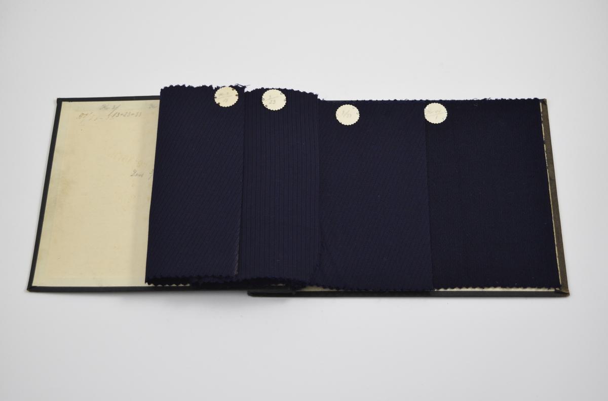 Prøvebok med 4 prøver. Relativt tynne stoff med diskret mønster. Vevemønsteret varierer selv om de tre første prøvene har samme kvalitetsnummer, fargen er omtrent den samme. Stoffene ligger brettet dobbelt i boken. Stoffene er merket med en rund papirlapp, festet til stoffet med metallstifter, hvor nummer er påført for hånd.   Stoff nr.: Kv 3/13, 3/23, 3/33, kv 44/1. (Kv står trolig for kvalitet)
