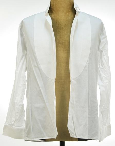 Herreskjorte med stivet skjortebryst. Mansjetterme.