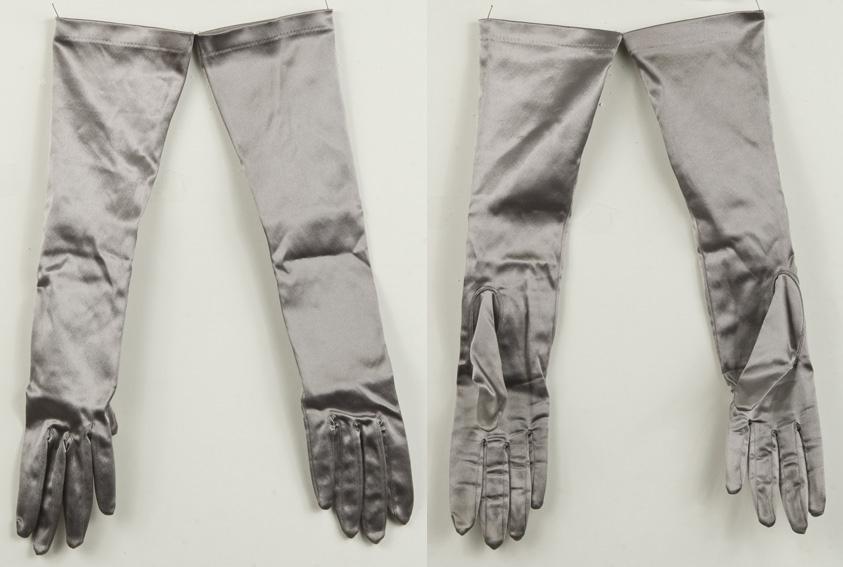 Hansker til rett under albuen, sølvgrått elastisk stoff. Str medium.