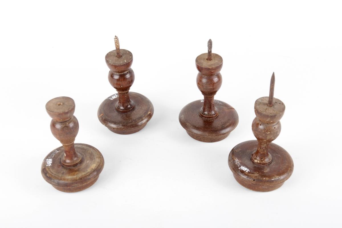 Fire gradinknotter med kvit porselenrose.