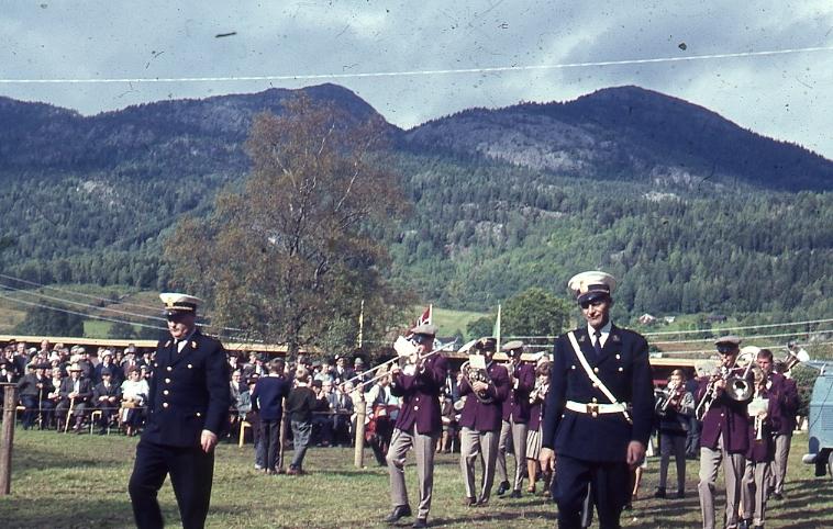 Opninga av Dyrsku'n. Korpset spelar.