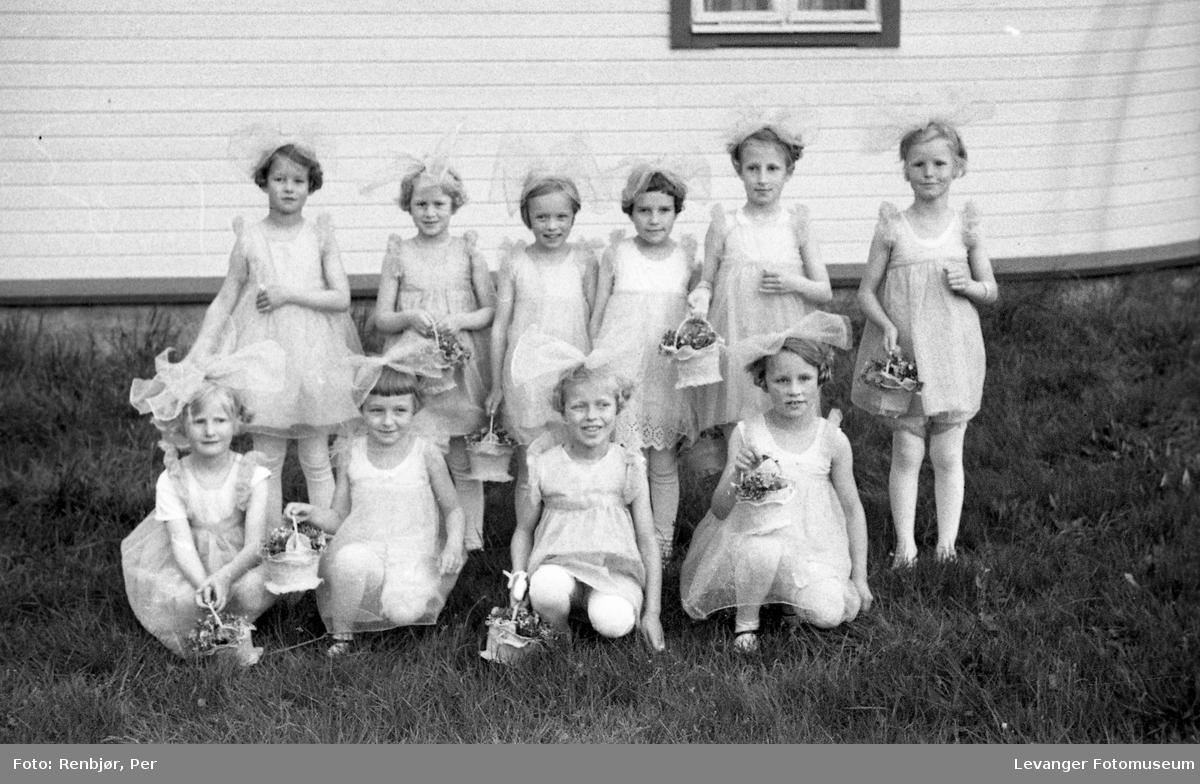 Sanitetens' Opptog, Levanger, utkledde jenter.