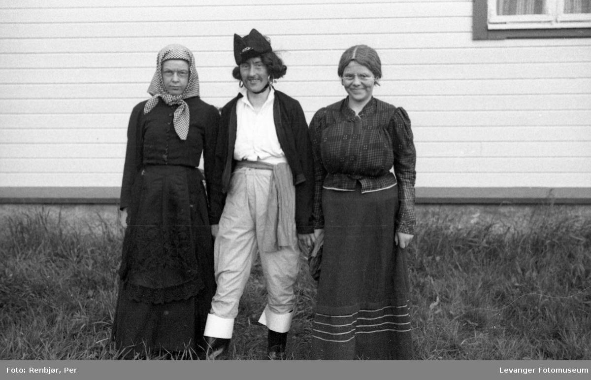 Sanitetens' Opptog, Levanger, utkledde barn i historiske kostymer.