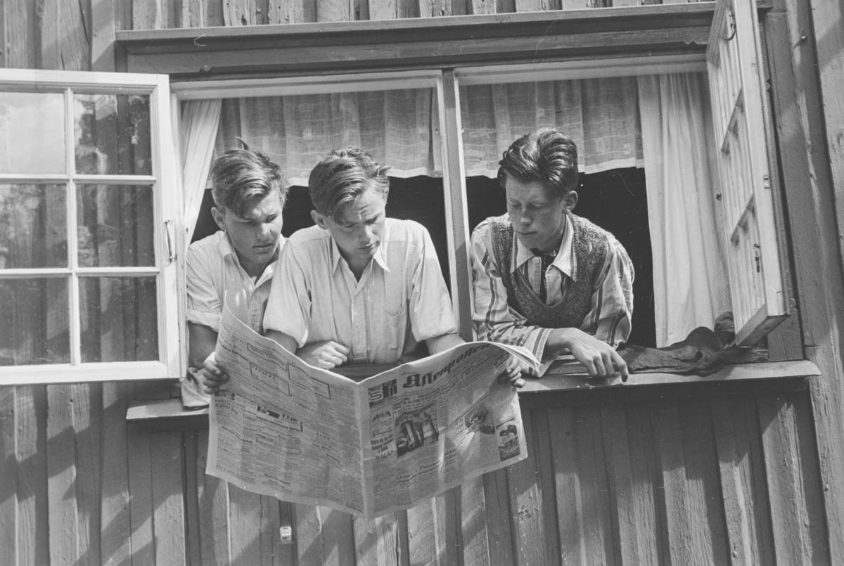 """Tekst fra album: """"I vinduet i Son"""". Aftenposten studeres nøye."""