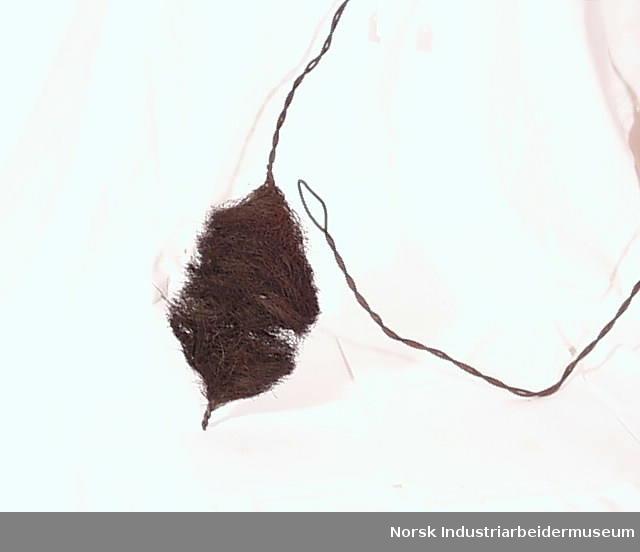 Form: Tvinna ståltråd med bust i enden