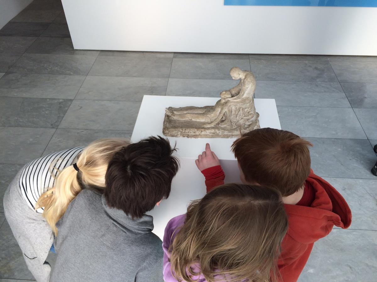 Barn_med_skulptur2.JPG