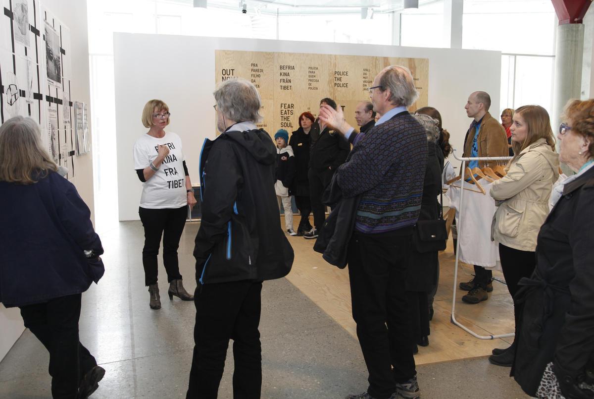 Museumspedagog Eli Nøttestad med publikum (Foto/Photo)