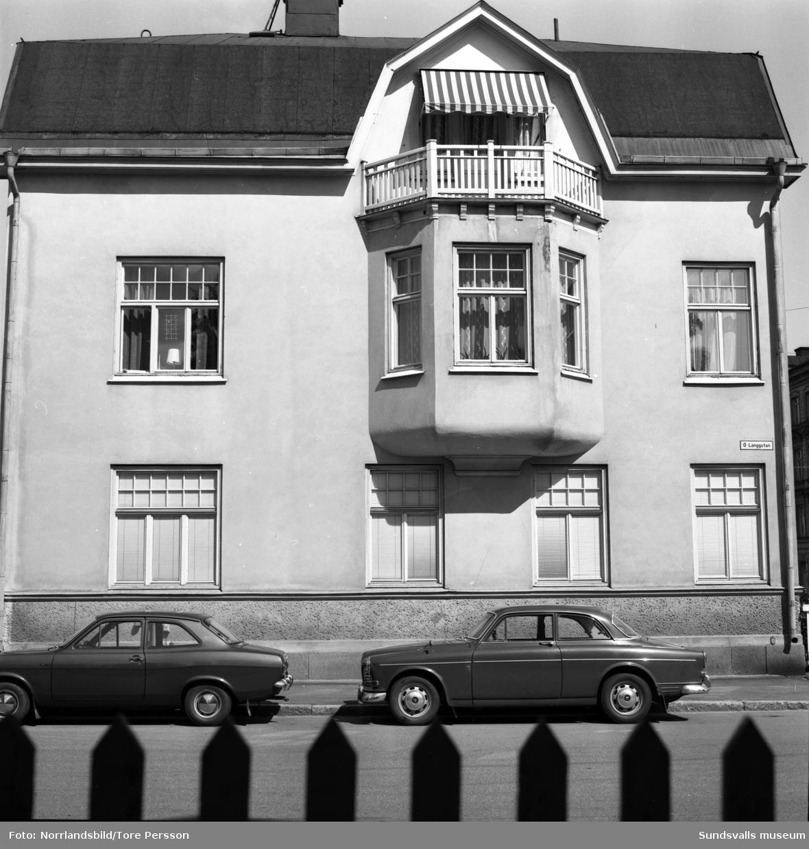 Exteriörbilder från olika håll på fastigheten vid Östra Långgatan 8, i hörnet av Nybrogatan.