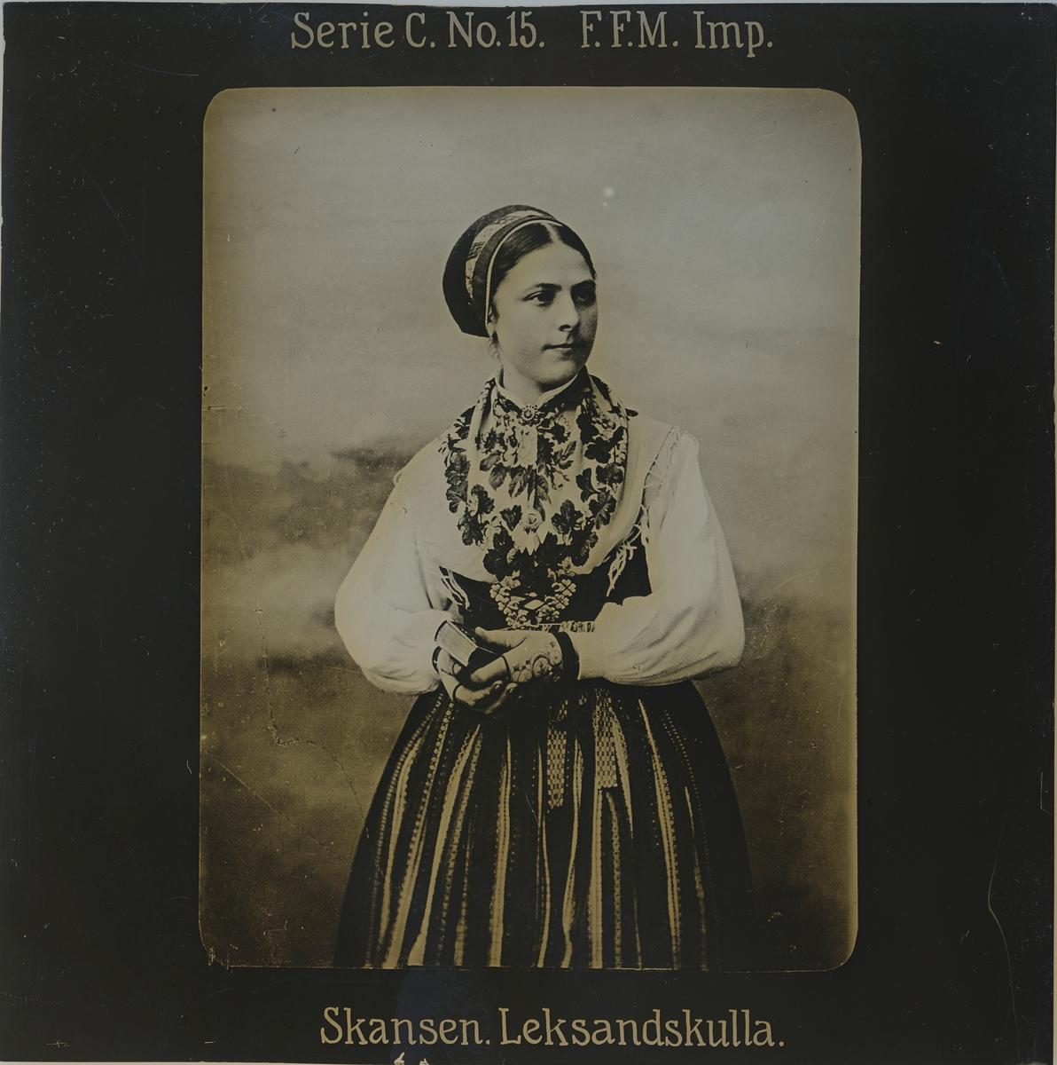 Kvinna iklädd folkdräkt från Leksand.