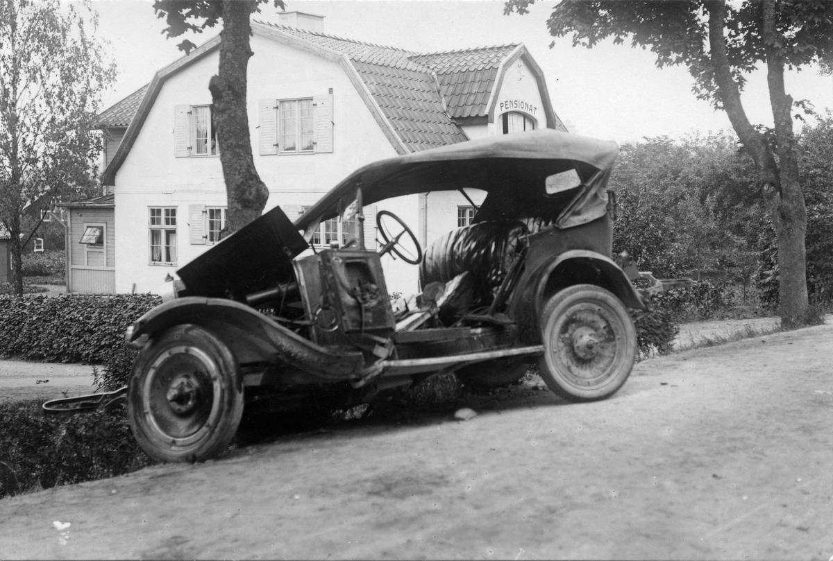"""Bil efter krock med träd vid pensionat. Vid folkets park, Köping. Lördag 4 juli 1925. Oscar Gustavsson (""""Kutis"""") var föraren. (se även foto KM_82_6270-71 och KM_82_6698)"""