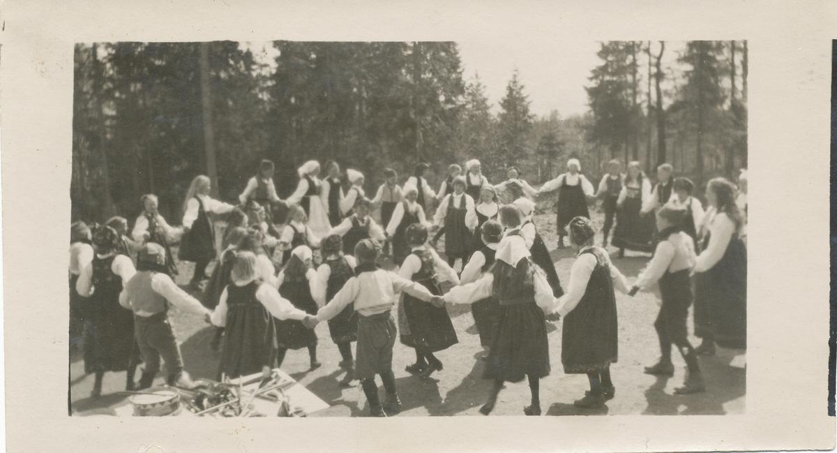 17. mai på Brusetkollen. Bunadskledde barn og voksne danser.