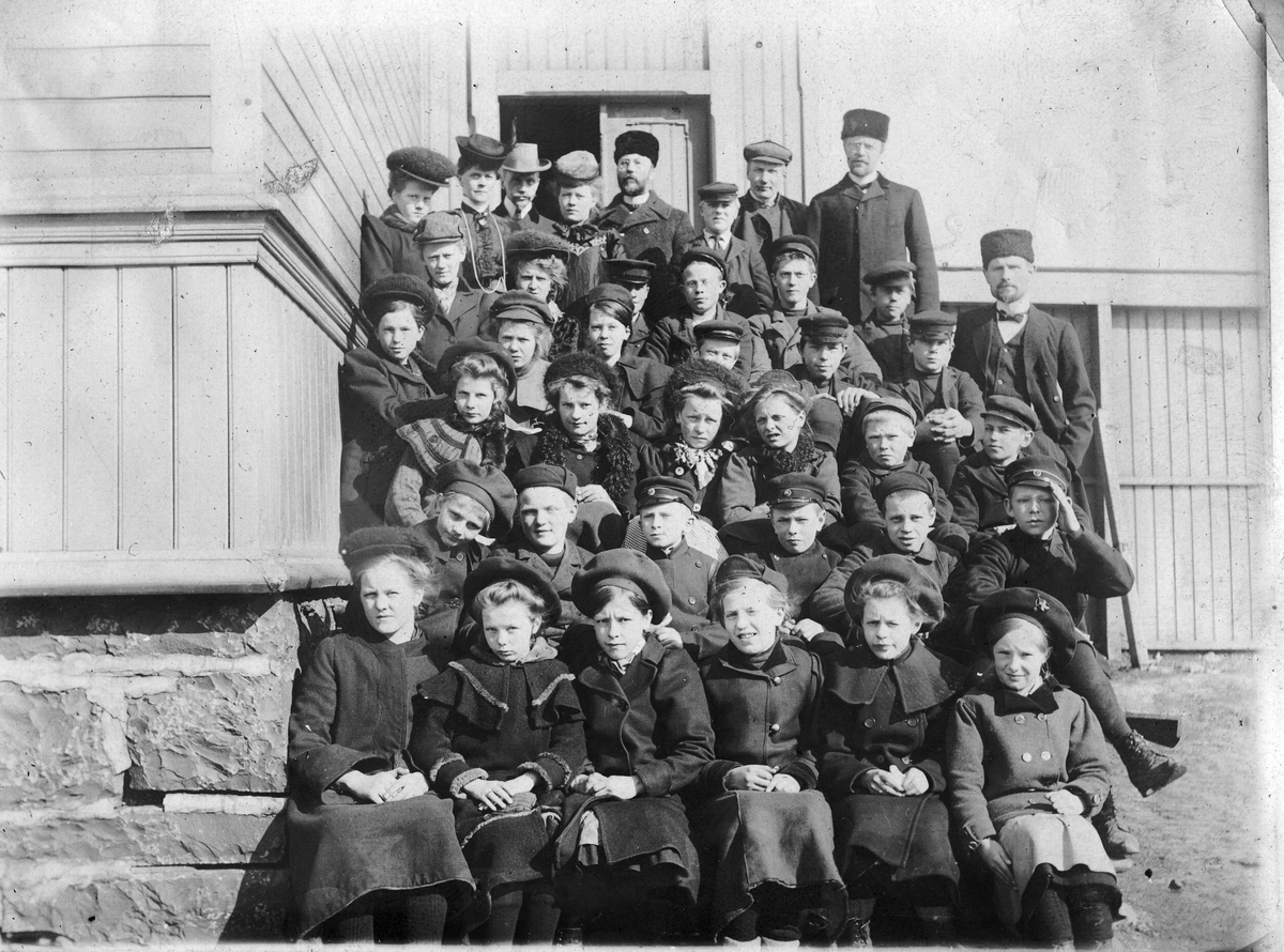 """Vardø folke- og middelskole elever, 1908"""