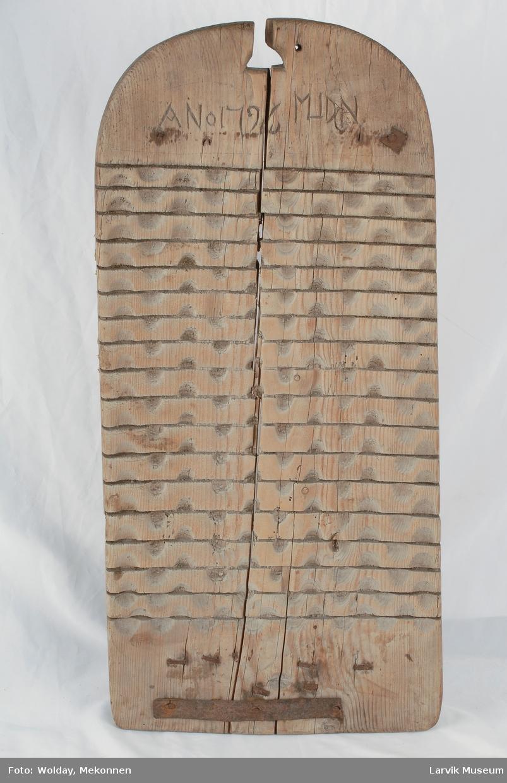 Form: avrundet øverst. tverrstripet overflate med halvsirkelformede fordypninger mellom stripene