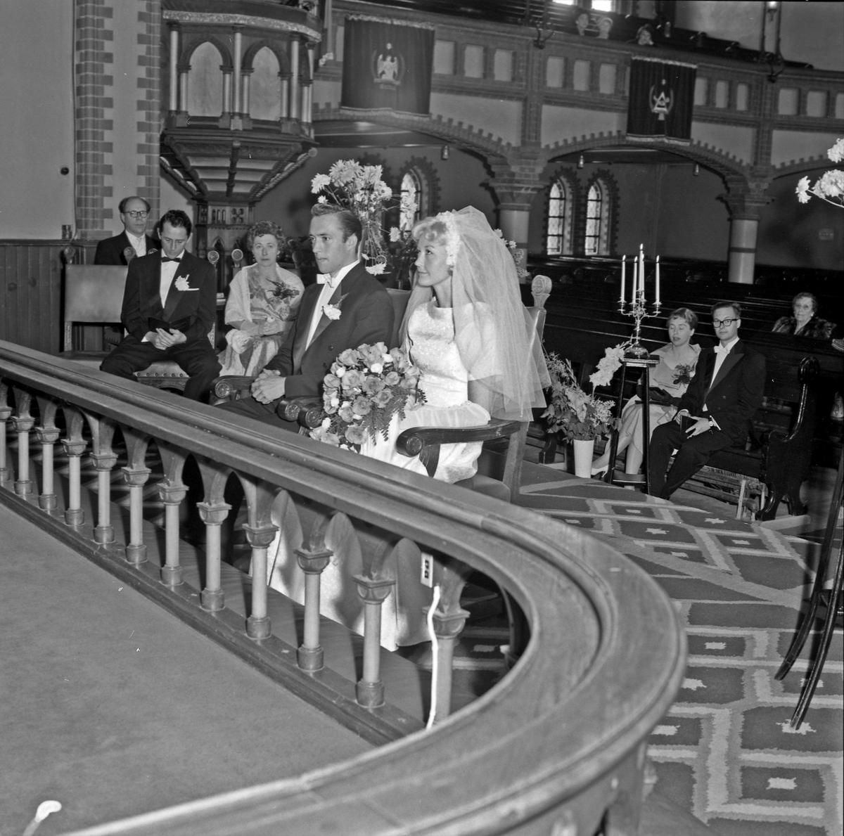 Portrett bryllup, brudeparet i kirken og med gjestene - bestiller Odland