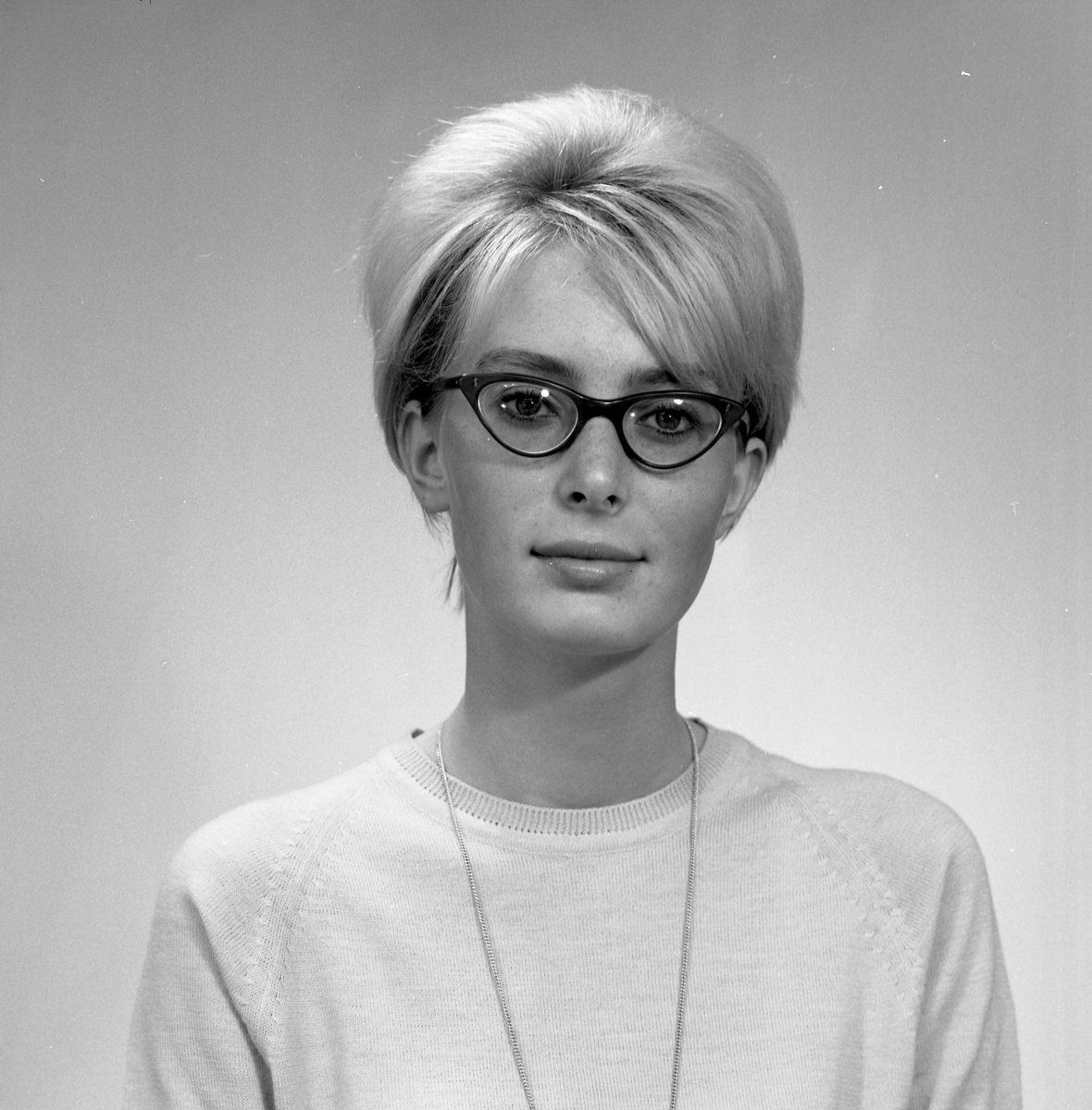 Portrett ung kvinne med briller - bestiller Anne-M. Hagenmann