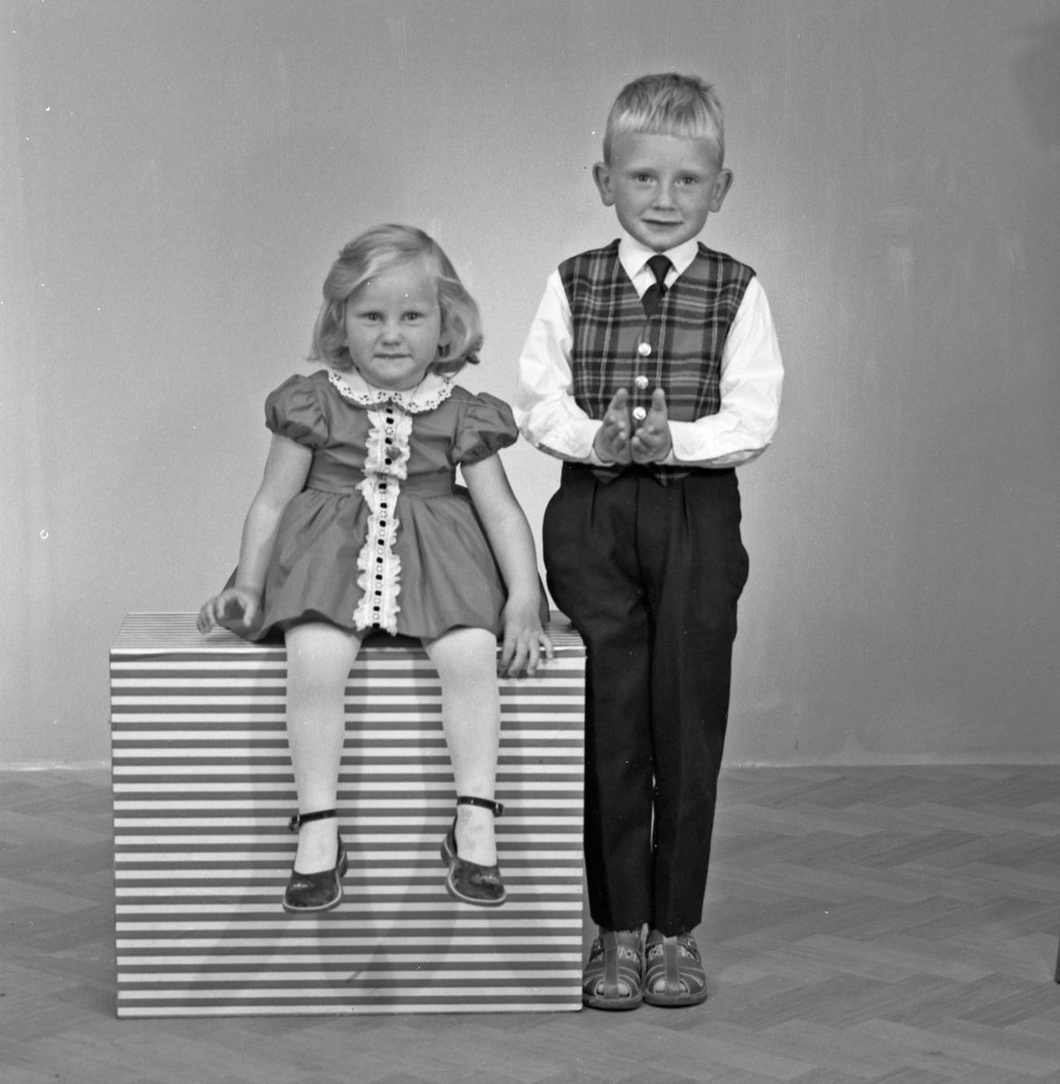 Portrett 2 unge jenter og ung gutt og ung jente - bestiller Bjarne Vassbrekke