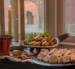 Ostbollar och kakor efter 1600-talsrecept. Läckerheterna til