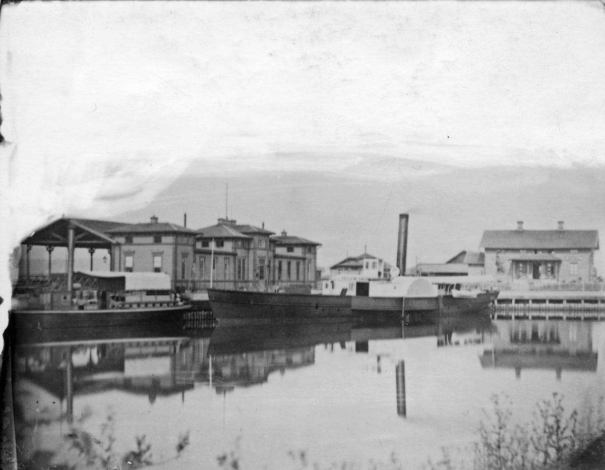 Hjulångaren Köpings i inre hamnen.