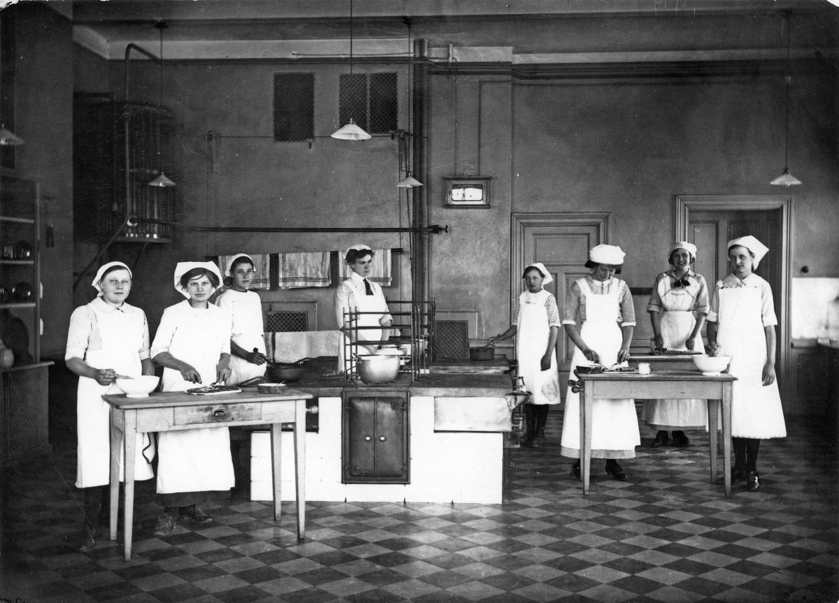 Skolköket på St. Olovsskolan. Lärarinnan heter Jenny Beer och som gift Gabrielsson. Jenny står troligen 4:a från vänster.