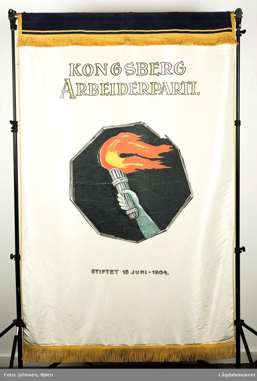 """s 1: Påskrift: """"KONGSBERG ARBEIDERPARTI. STIFTET 18 juni - 1904."""" Motivet viser en brennende fakkel. s 2: Påskrift: NYE TIDER - - NYE TANKER!"""""""