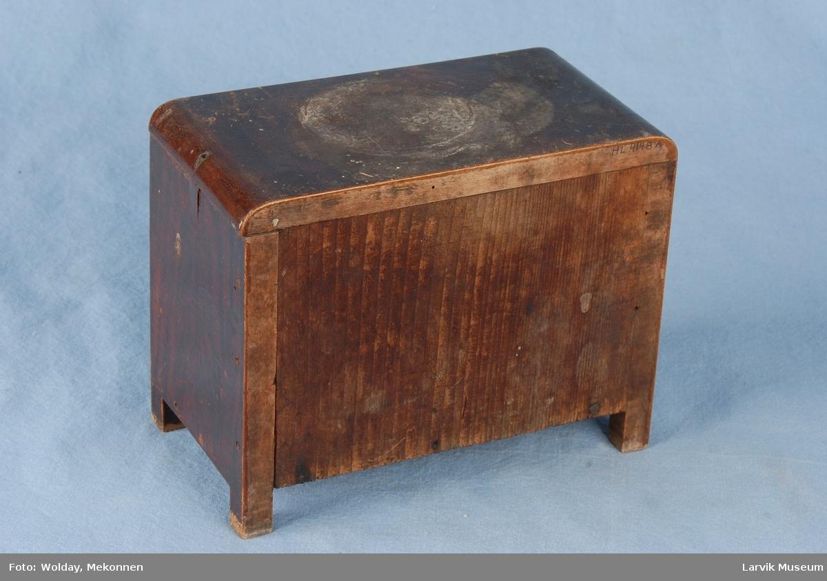 Form: Kommode Liten kommode med tre skuffer, sannsyligvis til smykker.