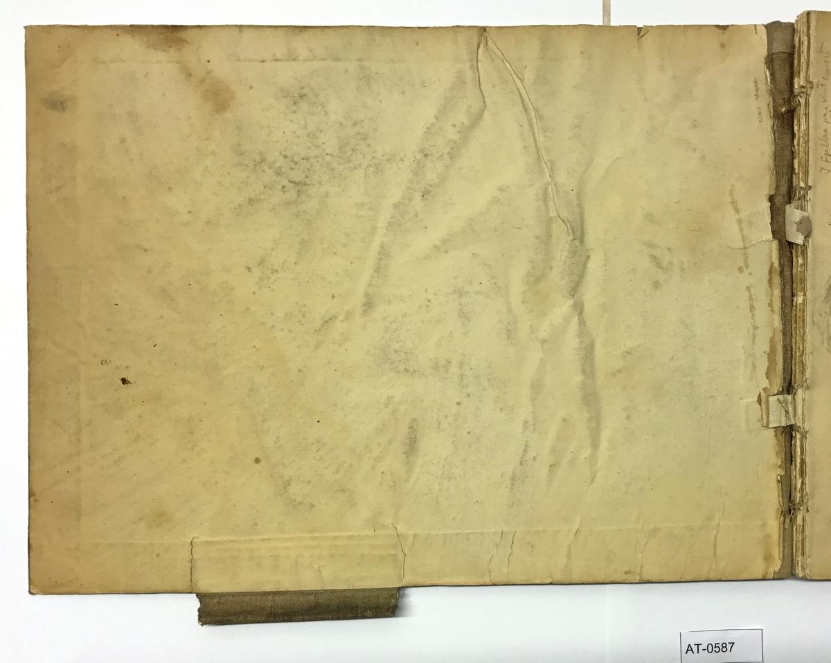 Skissebok med 35 ark. Skisser på begge sider av arkene.