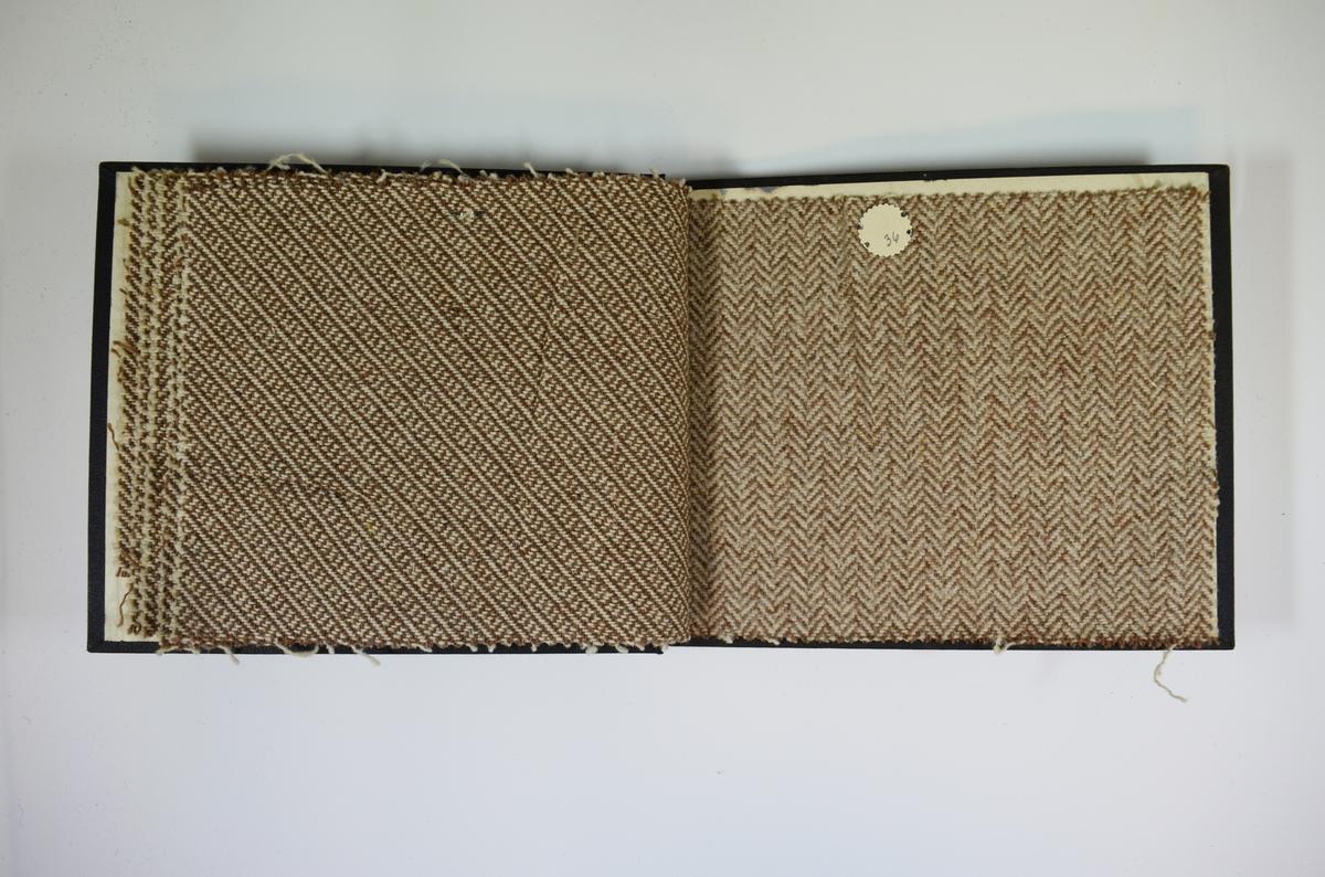 Prøvebok med 6 stoffprøver. Middels tykke stoff med skrå striper blant annet. Alle stoffene er merket med en rund papirlapp, festet til stoffet med metallstift, hvor nummer er påført for hånd. Innskriften på innsiden av forsideomslaget indikerer at all stoffene har kvalitetsnummer 161.   Stoff nr.: 161/31, 161/32, 161/33, 161/34, 161/35, 161/36.
