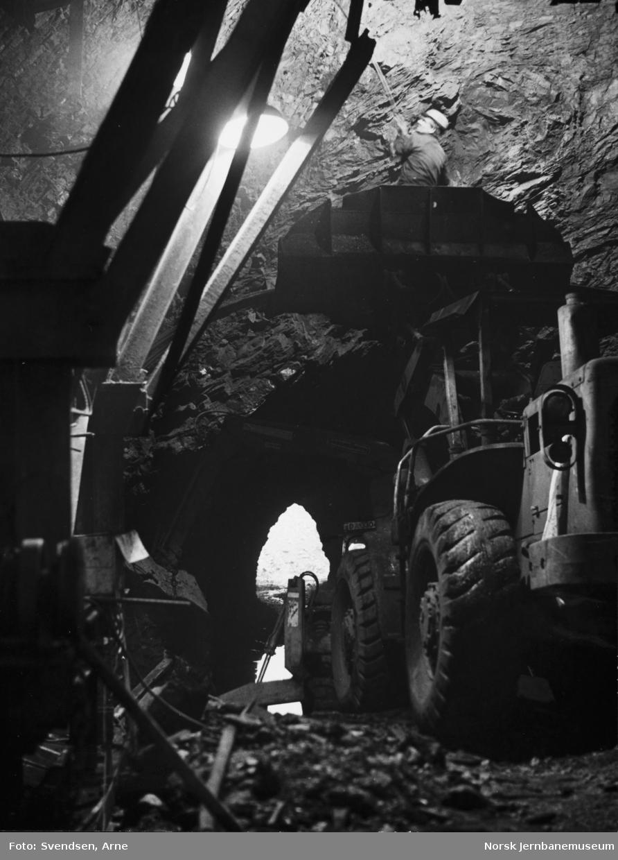 Oslotunnelen : Oppløfting av armering på forskalingsvognen, som står omtrent under trappen til Domkirken, sett østover