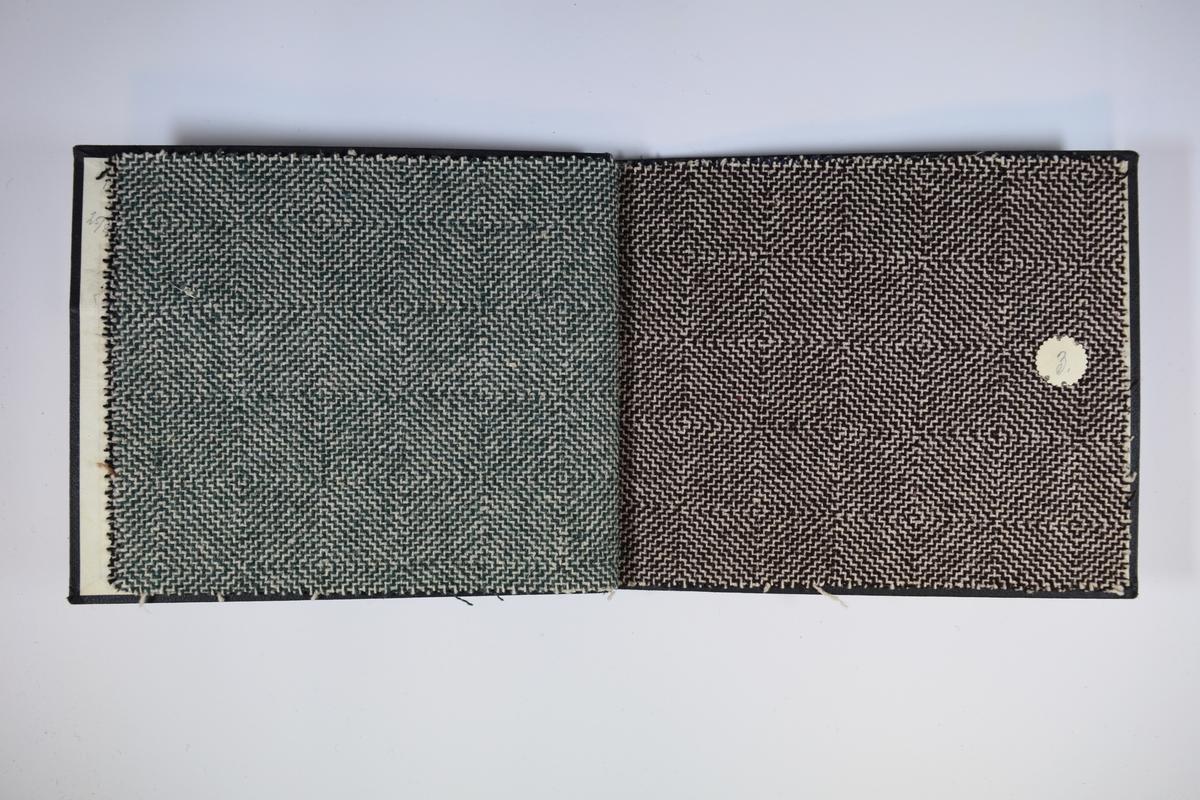Prøvebok med 4 stoffprøver. Middels tykke stoff med firkantet spiralmønster. Ulike farger på de ulike stoffene, men alle i kombinasjon med hvitt. Alle stoffene er merket med en rund papirlapp, festet til stoffet med metallstift, hvor nummer er påført for hånd. Innskriften på innsiden av forsideomslaget indikerer at all stoffene har kvalitetsnummer 162.   Stoff nr.: 162/1, 162/2, 162/3, 162/4.