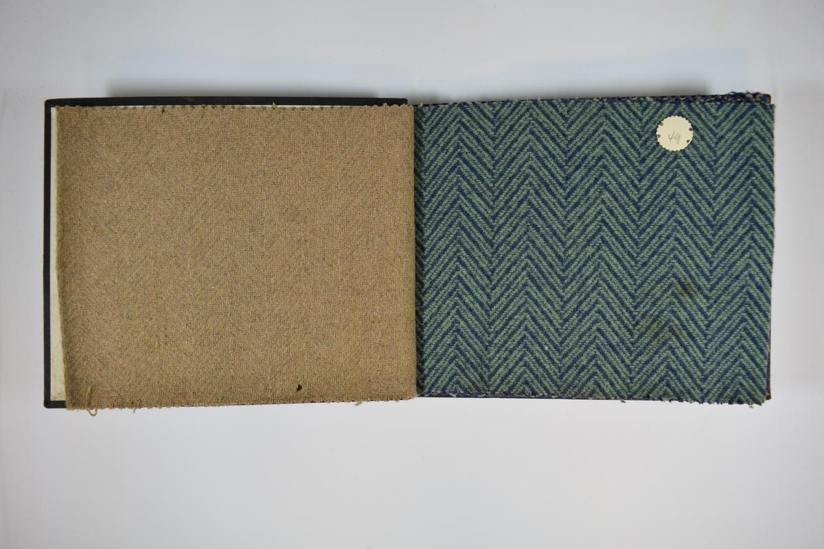 Prøvebok med 5 stoffprøver. Middels tykke tofargede eller ensfargede stoff med fiskebensmønster. Stoffene ligger brettet dobbelt i boken. Stoffene er merket med en rund papirlapp, festet til stoffet med metallstifter, hvor nummer er påført for hånd. Innskriften på innsiden av forsideomslaget indikerer at alle stoffene har kvaliteten 162.   Stoff nr.: 162/48, 162/49, 162/50, 162/51, 162/52.