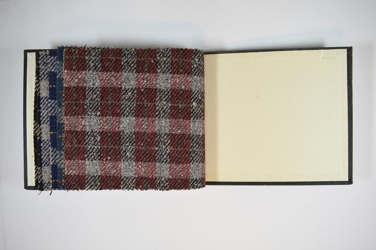 Prøvebok med 5 stoffprøver. Middels tykke stoff med ruter. Stoffene ligger brettet dobbelt i boken slik at vranga dekkes. Stoffene er merket med en rund papirlapp, festet til stoffet med metallstifter, hvor nummer er påført for hånd. Innskriften på innsiden av forsideomslaget indikerer at alle stoffene har kvaliteten 170.  Stoff nr.: 170/15, 170/16, 170/17, 170/18, 170/19.