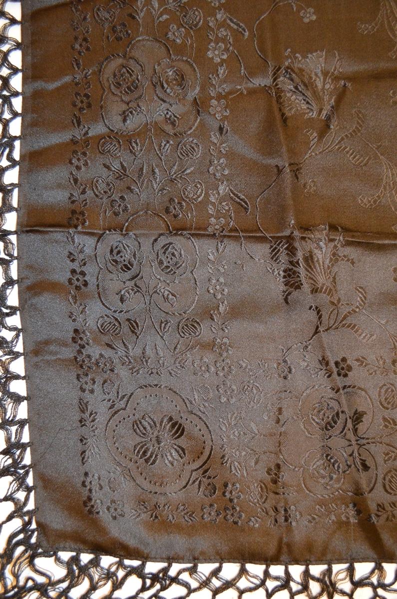 Tørkle i svart silkedamask. Påsydde og knytte frynser i svart 16,5 cm lange.