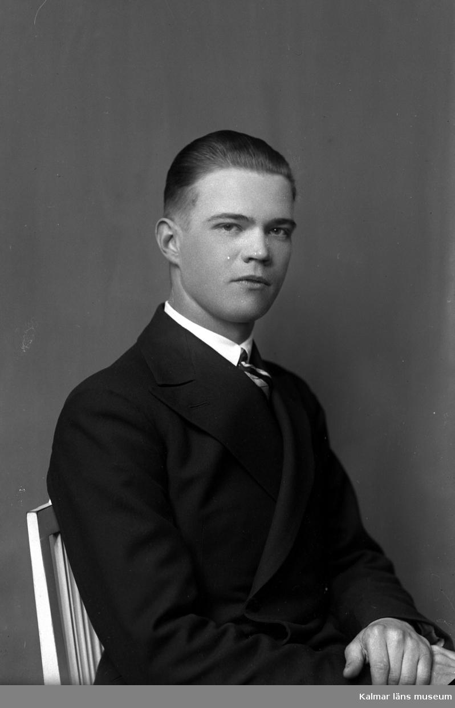 Ateljébild på en man. Enligt Walter Olsons journal är bilden beställd av Gust Johansson.