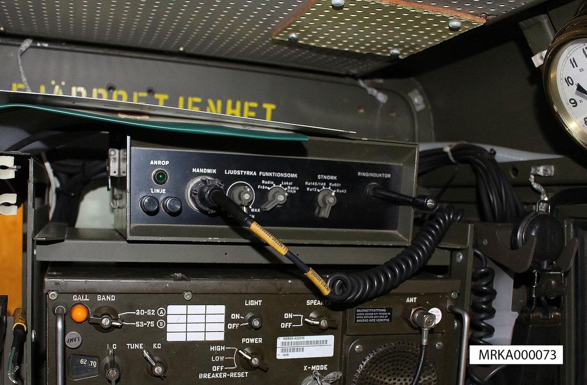 Ursprungsbenämning: FJÄRRBETJÄNINGSENHET Typ FK Ursprungsbeteckning: TPAOP FK 21M  Allmänt: Fjärrbetjäningsenheten är inbyggd i en metallåda med lock. Under locket finns plats för stations- och strömförsörjningskablar, linjekopplingsstycke, mellenkopplingsstycke till telefonapparat samt vev till ringinduktorn. På väggen bak i bilen är en kabelmes med kabeltrumma och kabel upphängd.  Fjärrbetjäning av radio- och lokaltrafik kan ske på avstånd upp till 2 km över telefonkabel.
