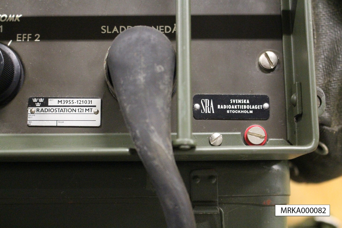 Allmänt: Stationen bestod av sändtagare, kraftaggregat, handmikrotelefon och SM-omkopplare. Stationen var byggd med elektronrörsteknik och med en speciell mekanik för frekvensinställning och för kalibrering av kanalerna.  Data: Frekvensområde: 39,6 – 48,0 MHz Kanalseparation: 180 kHz, senare 90 kHz Sändareffekt: 3 W Modulationsslag: FM Transmissionstyp: Simplex, telefoni Kanalantal: 85 st Antenner: Dipol, jordplaneantenn eller riktantenn Räckvidd: c:a 12 km Kraftförsörjning: 12 eller 24 V likspänning eller 220 V växelspänning