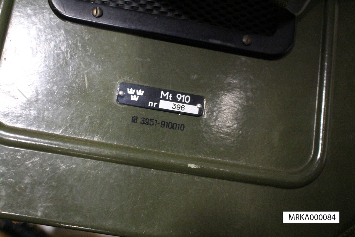Äldre förrådsbenämning: Tc 92320  Allmänt: Radiomattagare MT 910 var en batteridriven rörbestyckad mottagare med två våglängdsband, långvåg och mellanvåg för Lufor samt rundradio.  Data: Frekvensområde: Långvåg 180 - 540 khz Mellanvåg 540 – 1620 khz Mottagartyp:    Enkel superheterodyn, MF 124 khz Strömförsörjning:     Fem torrbatterier 1,5 V-M2671-002020 f d TD 3500, Anslutning av yttre strömkälla (6 – 8 V) är möjlig.  Mottagaren har inbyggd ferritantenn och ett separat antennintag för anslutning av exempelvis en kastantenn.  Högtalaren är inbyggd i mottagarhöljet och kan kopplas ur. Mottagaren har ett uttag för hörtele- fon (200 ohm).