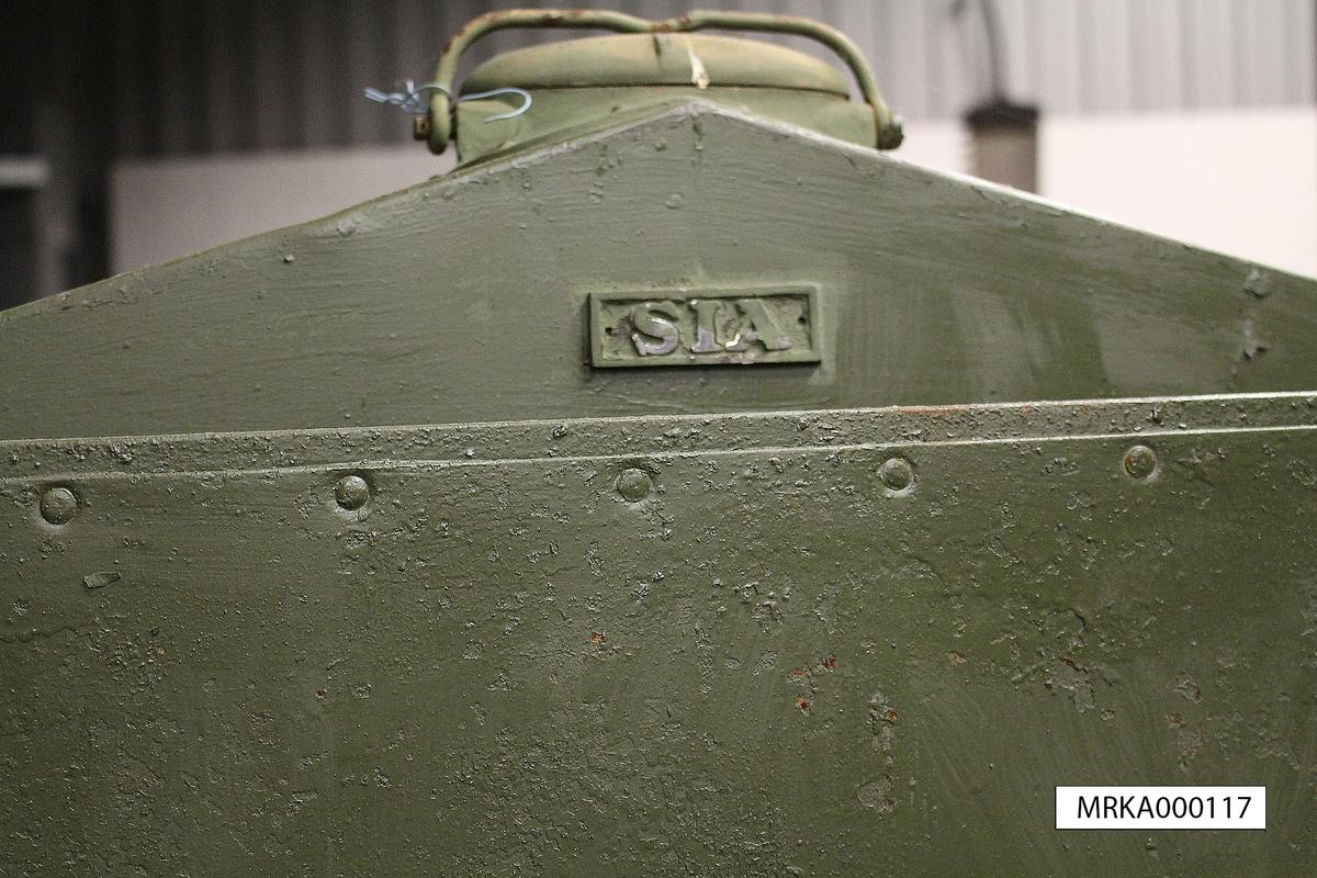 """Ursprungsbenämning: Maskinvagn typ MT 23  Allmänt: (urdrag från Beskrivning SIA 108/42) """"Maskinvagnen består av ett transportabelt motoraggregat för alstrande av elektrisk ström till luftvärnsstrålkastare. Då maskinvagnen måste ha samma rörelseförmåga i terrängen som luftvärnsstrålkastare och luftvärnsartilleri monterades aggregatet på en släpvagn, vilken direkt framkördes till användningsplatsen. Såsom dragkraft användes lastautomobiler, traktorer, tanks eller hästar. Vagnen är avsedd att på goda vägar kunna framföras med en hastighet av 45 km/h"""".   Fyrtaktsmotor från AB Pentaverken typ FC 6 BR. Motorn kördes normalt med bensin eller bentyl (50% bensin, 50% sprit), men kan även drivas med ren motorsprit, vid annan förgasarinställning och något reducerad effekt.  Data: Motor: AB Pentaverken  PENTA FC 6 BR Cylindrar: 6           Effekt: 50 hk vid 1 500 varv/min Drivmedel: Bensin/Bentyl/Motorsprit. Tankvolym: 2x80 liter             Förbrukning: ca 20 lit/tim (bensin) vid 19 kW Förbrukning: ca 14 lit/tim (50% sprit-bensinblandning) vid 19 kW Generator: ASEA Typ LD 23  nr 164, Likström 115 V vid 1500 rpm.         Spänning : 77 V ljusbågsspänning till högeffektlampan med hjälp av förkopplingsmotstånd.    Strömstyrka: 150 ampere"""