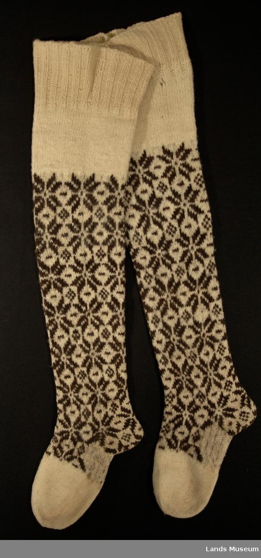 Glatt strikking med stjernemønster. Øvre del ved kne: 2r 2vr, ensfarget hvitt. Br. øvre del = 21 cm.