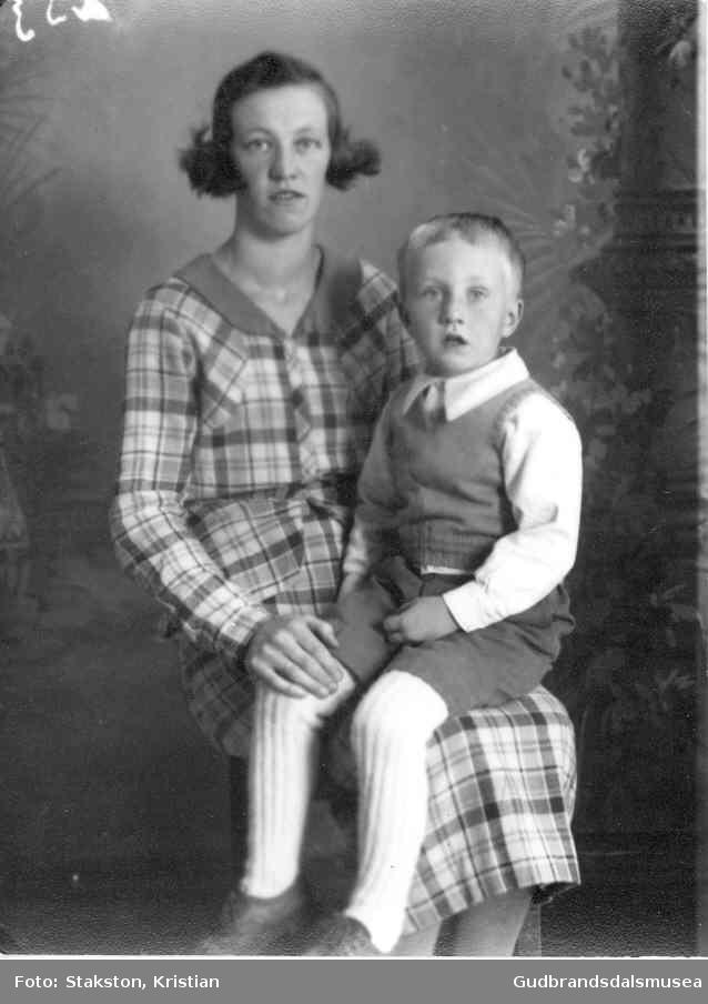 Agnes Voll (f. Løkken 1916) og sonen Håkon Ivar  Voll (f. 1934)