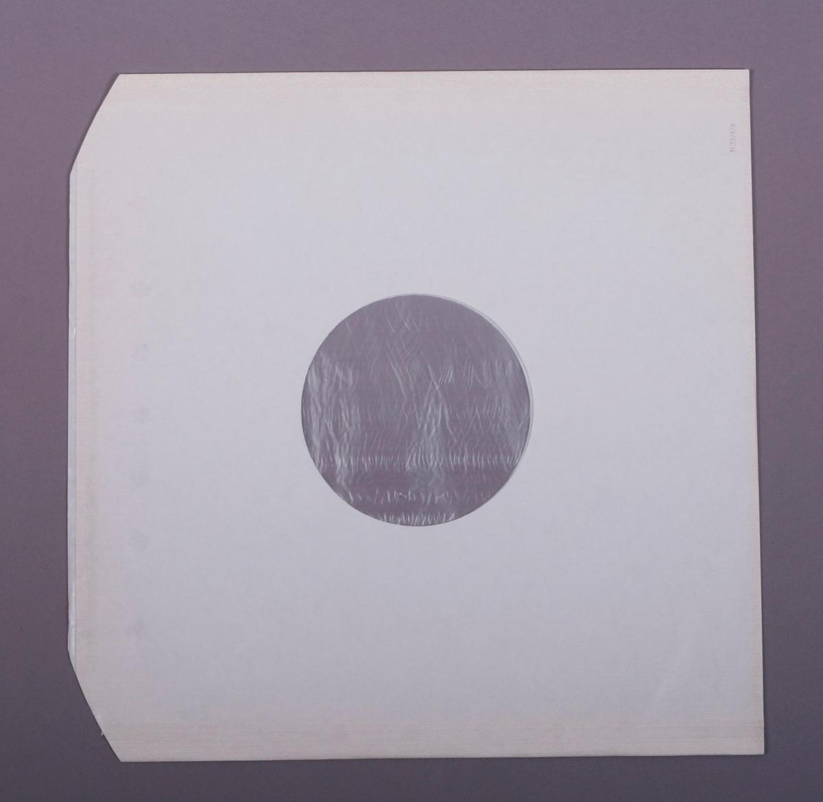 Grammofonplate i svart vinyl og dobbelt plateomslag i papp. Plata ligger i en papirlomme med plastfôr.