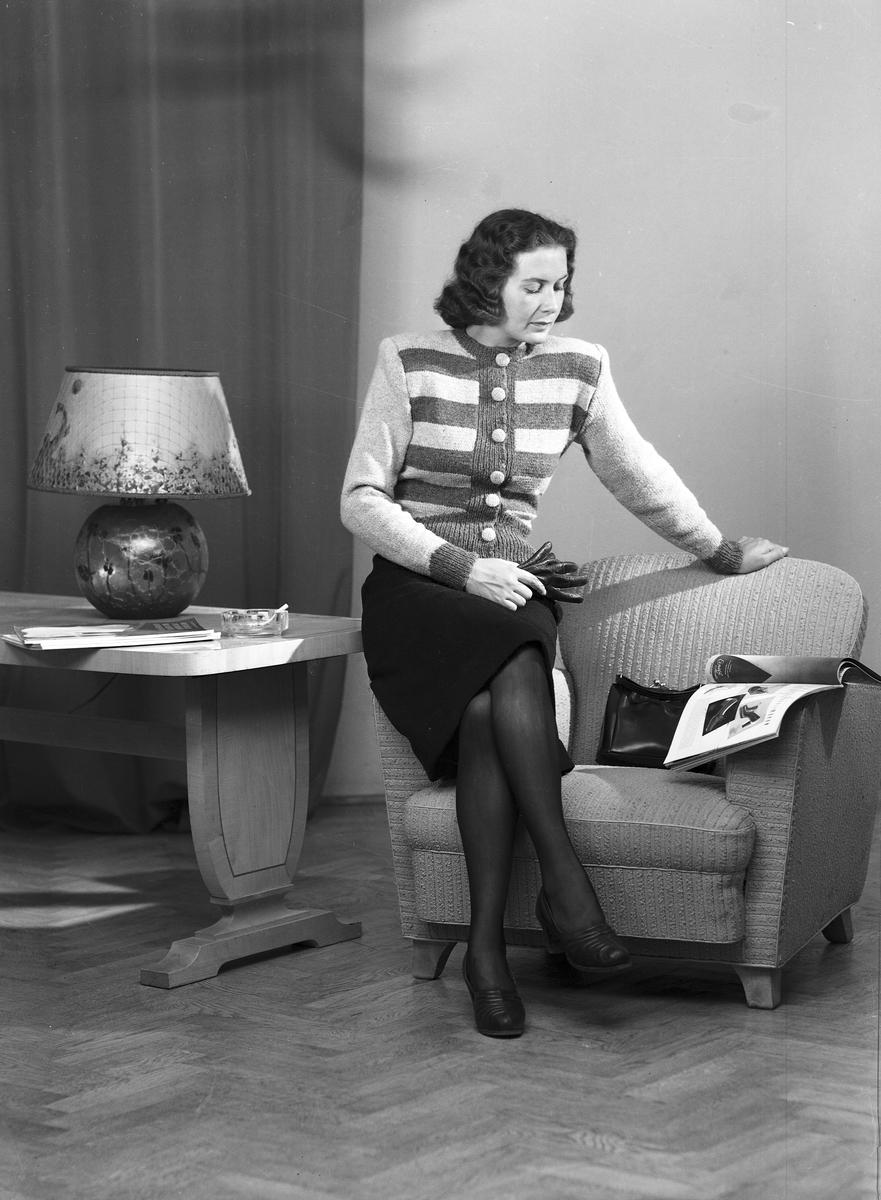 Ferdinand Sjöbergs garn. Kvinnlig modell visar stickad kofta av garn från Sjöbergs