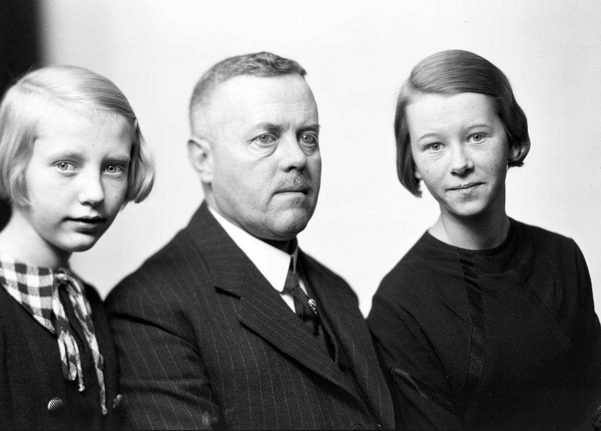 Herr Davidsson med två döttrar.