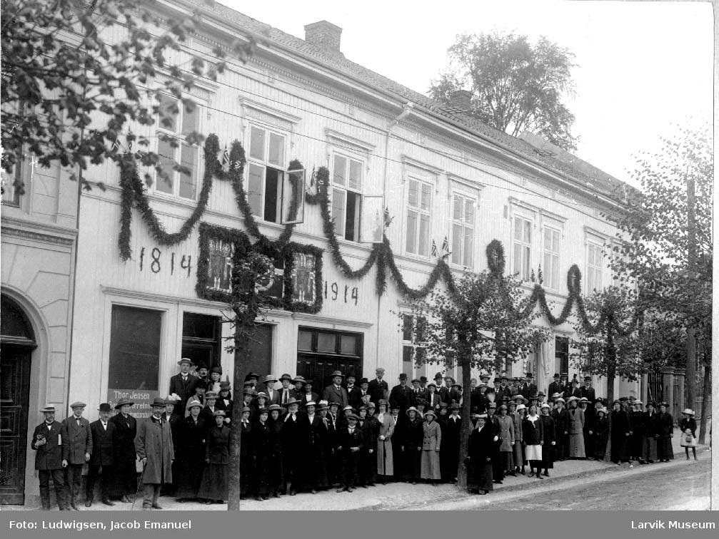 Menneskemengde, pyntet bygård, 100 årsjubileum, selvstendighetsjubileet 1914, Nansetgata i Larvik.