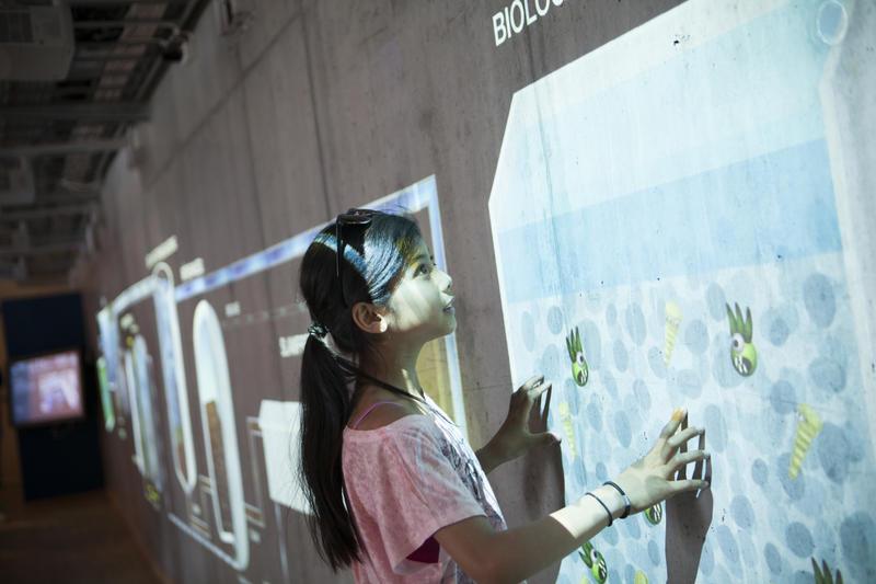 Et barn lærer om vannrensningsprosesser (Foto/Photo)