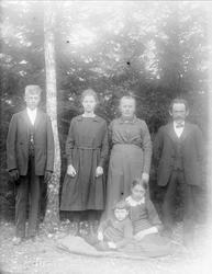 """Frida och Sigfrid Johanson med barnen """"vid björken"""", Grinda,"""