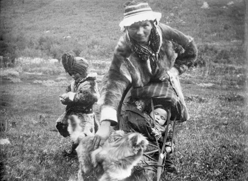 Samisk kvinne med to barn, ca. 1900.